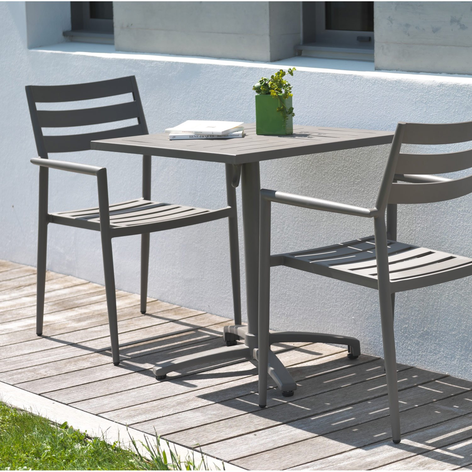 table et chaise de jardin 2 personnes royal sofa id e de canap et meuble maison. Black Bedroom Furniture Sets. Home Design Ideas